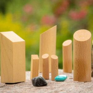 Bild Holzklötze und Steine aufgestellt